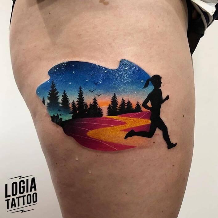 tatuaje doble exposición chica coriendo muslo logia barcelona daria stahp