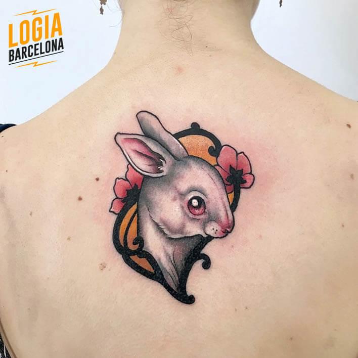 tatuaje espalda cuello conejo logia tattoo stefano giorgi