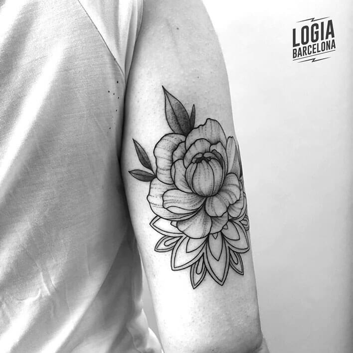 tatuaje flor geometria brazo ferran torre logia barcelona