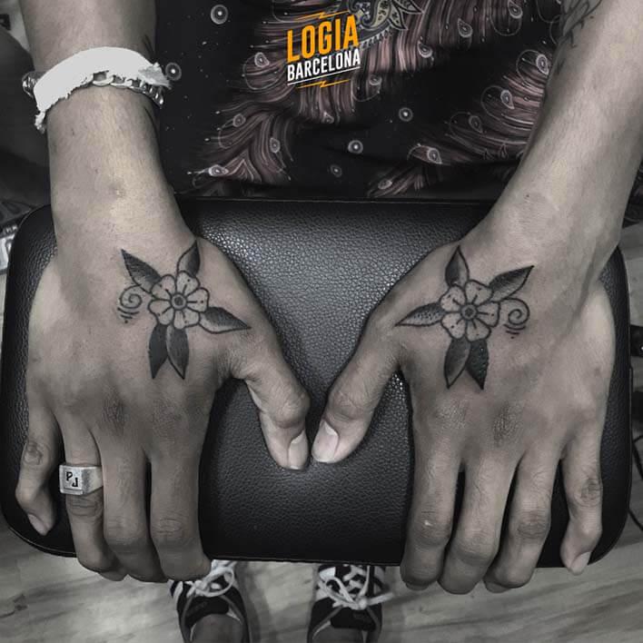 tatuaje flores manos logia barcelona julio herrero