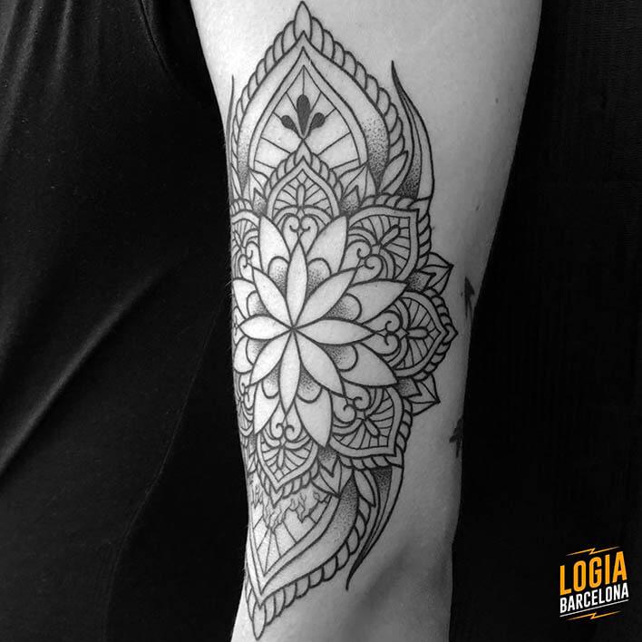 tatuaje mandala flores ferran torre logia barcelona