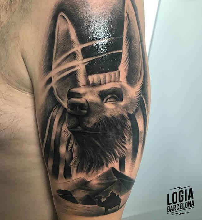 tatuaje hombro Anubis logia barcelona Annie Blesok