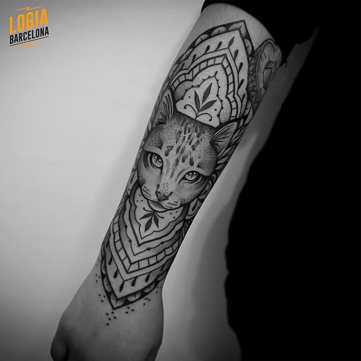 tatuaje brazo gato ornamental logia barcelona Beve
