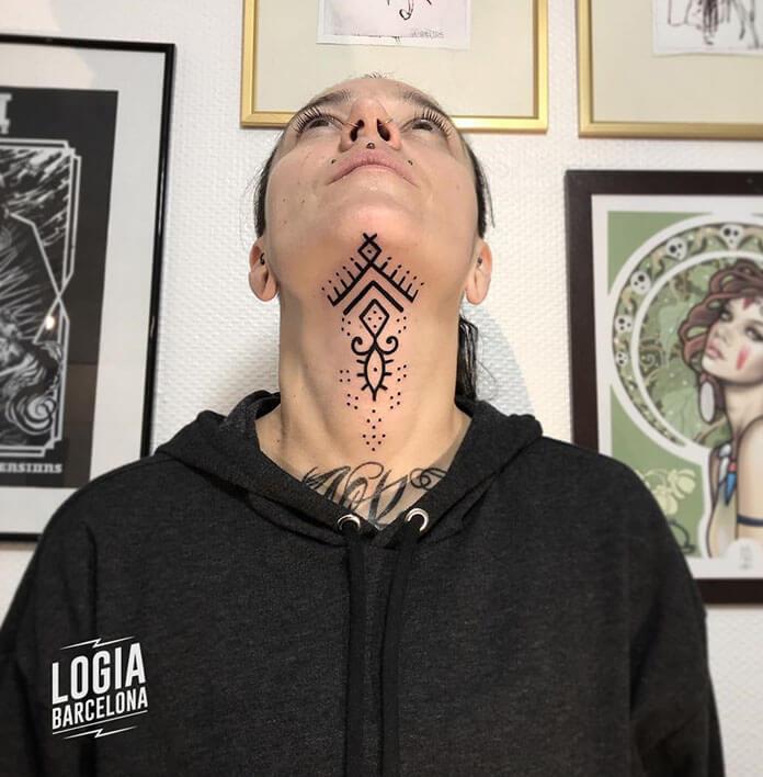 tatuaje cuello minimal logia barcelona Beve