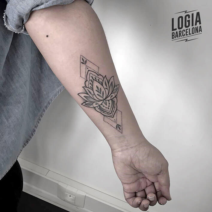 tatuaje delicado flor de loto Logia Tattoo Beve
