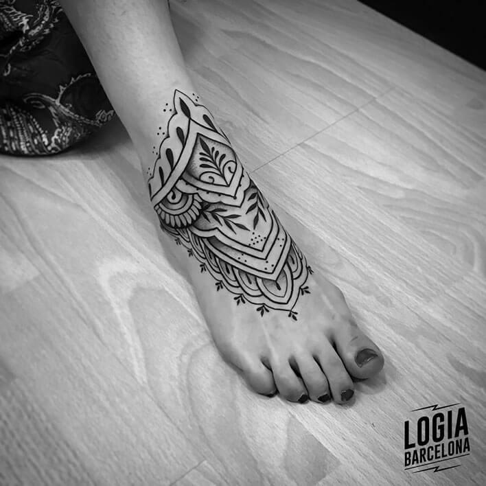 Tatuaje tobillero mujer pie Mandala Beve Logia Barcelona