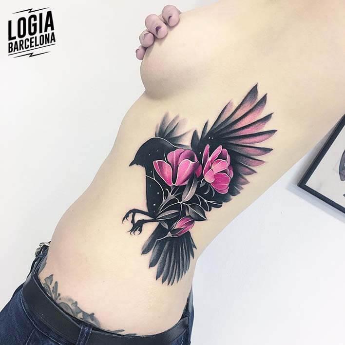 tatuaje de pajaro en las costillas tatuadora Nastia Logia Barcelona