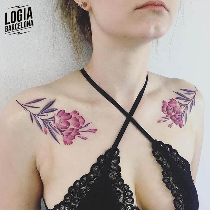 tatuaje_hombros_flores_nastia_logia_barcelona