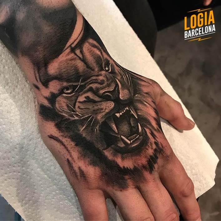 tatuaje de leon en la mano Logia Barcelona tatuador Spiros Befanis
