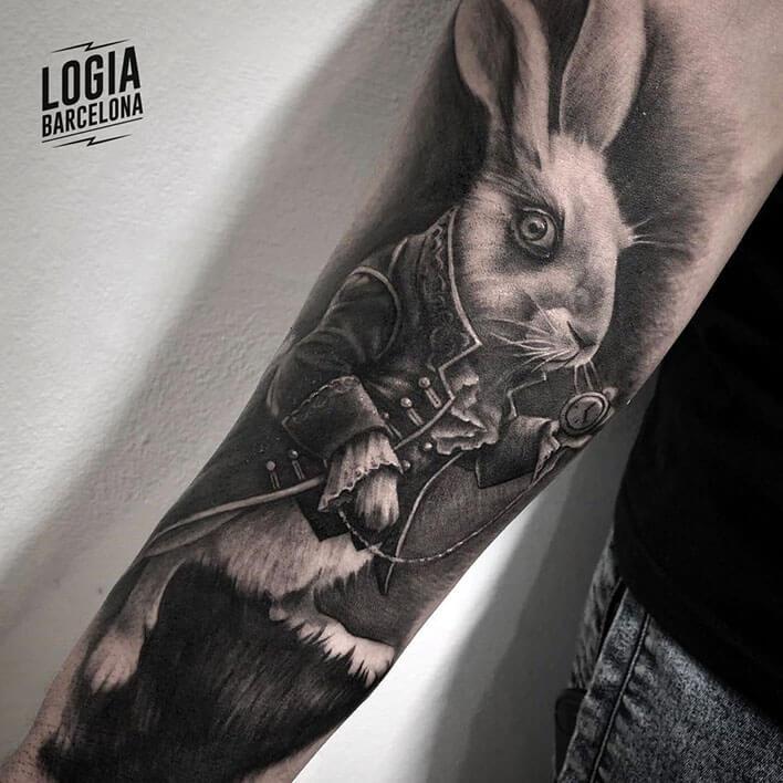Tatuaje realista conejo Alicia - Logia Barcelona Javier Jas
