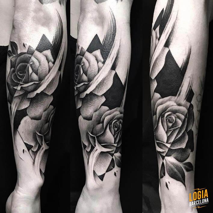 tatuaje rosa en el brazo tatuador Jas Logia Barcelona
