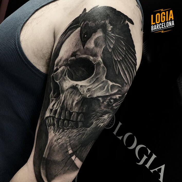 tatuaje de cuervo y calavera Logia Barcelona tatuador Jas