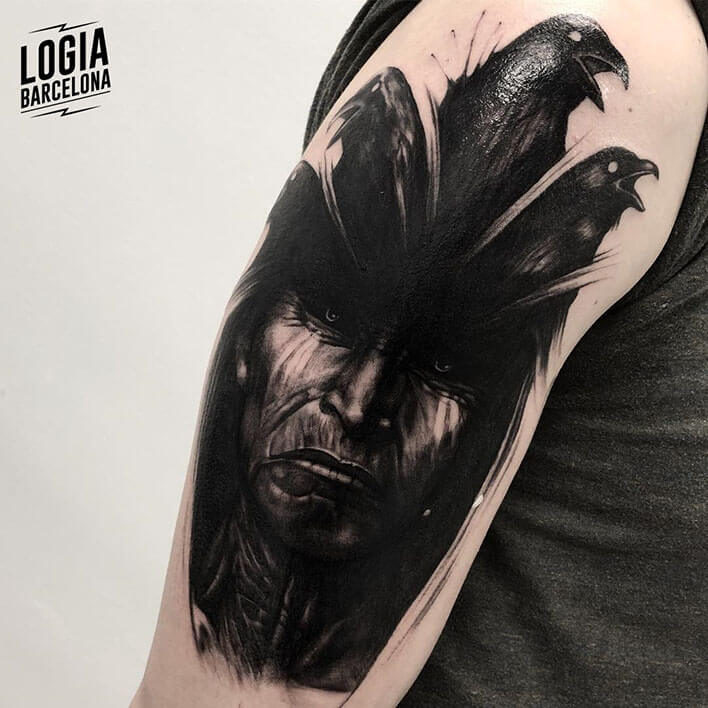 tatuaje de cuervos e indio Logia Barcelona tatuador Jas