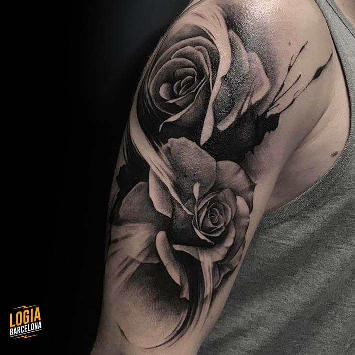 tatuaje_hombro_rosas_Logia_Barcelona_Jas
