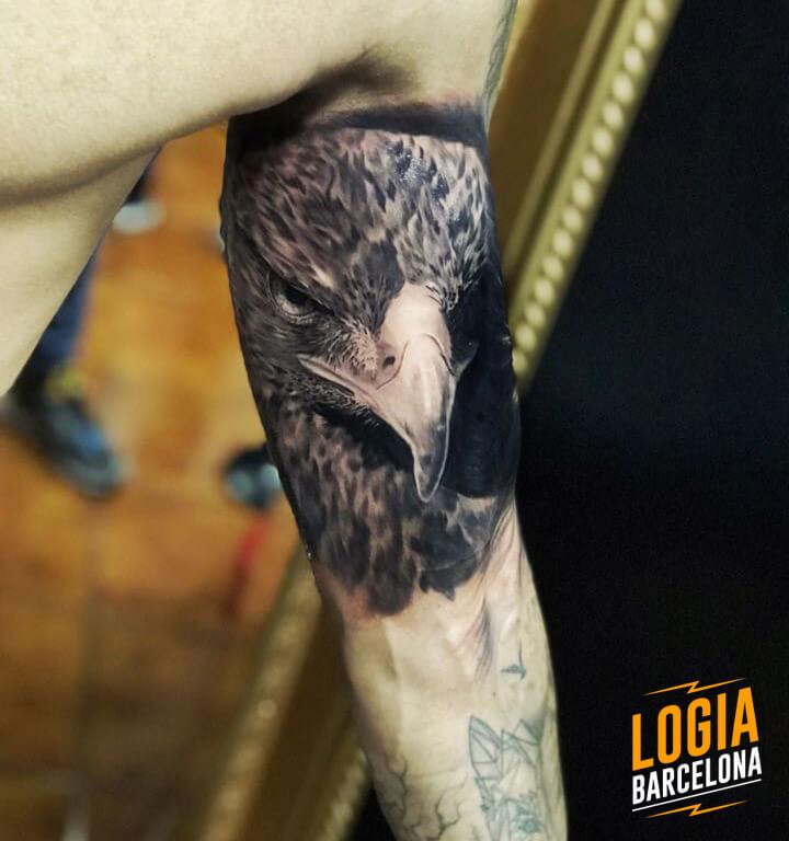 tatuaje de aguila realista Logia Barcelona tatuador Eduar Cardona
