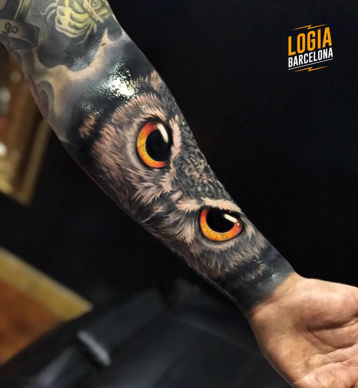 tatuaje realista de buho Logia Barcelona tatuador Eduar Cardona