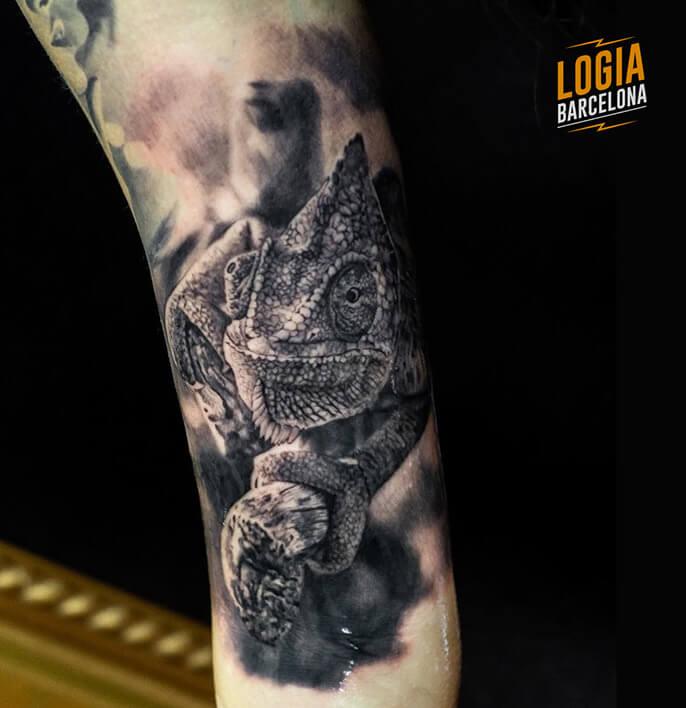 tatuaje realista camaleon Eduar Cardona Logia Barcelona