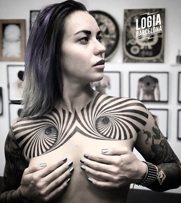 tatuaje geometrico cuello y pecho Logia Tattoo Mace Cosmos