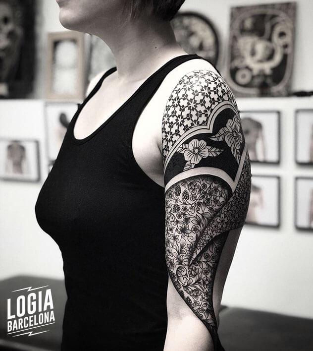 tatuaje ornamental en el brazo Logia Barcelona tatuador Mace Cosmos