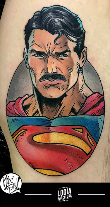 tatuatge superman amb bigoti cama maxi paint logia barcelona