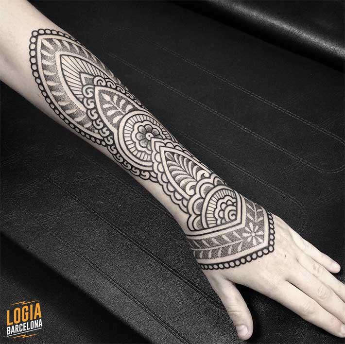 tatuagem braço Mandala Logia BCN