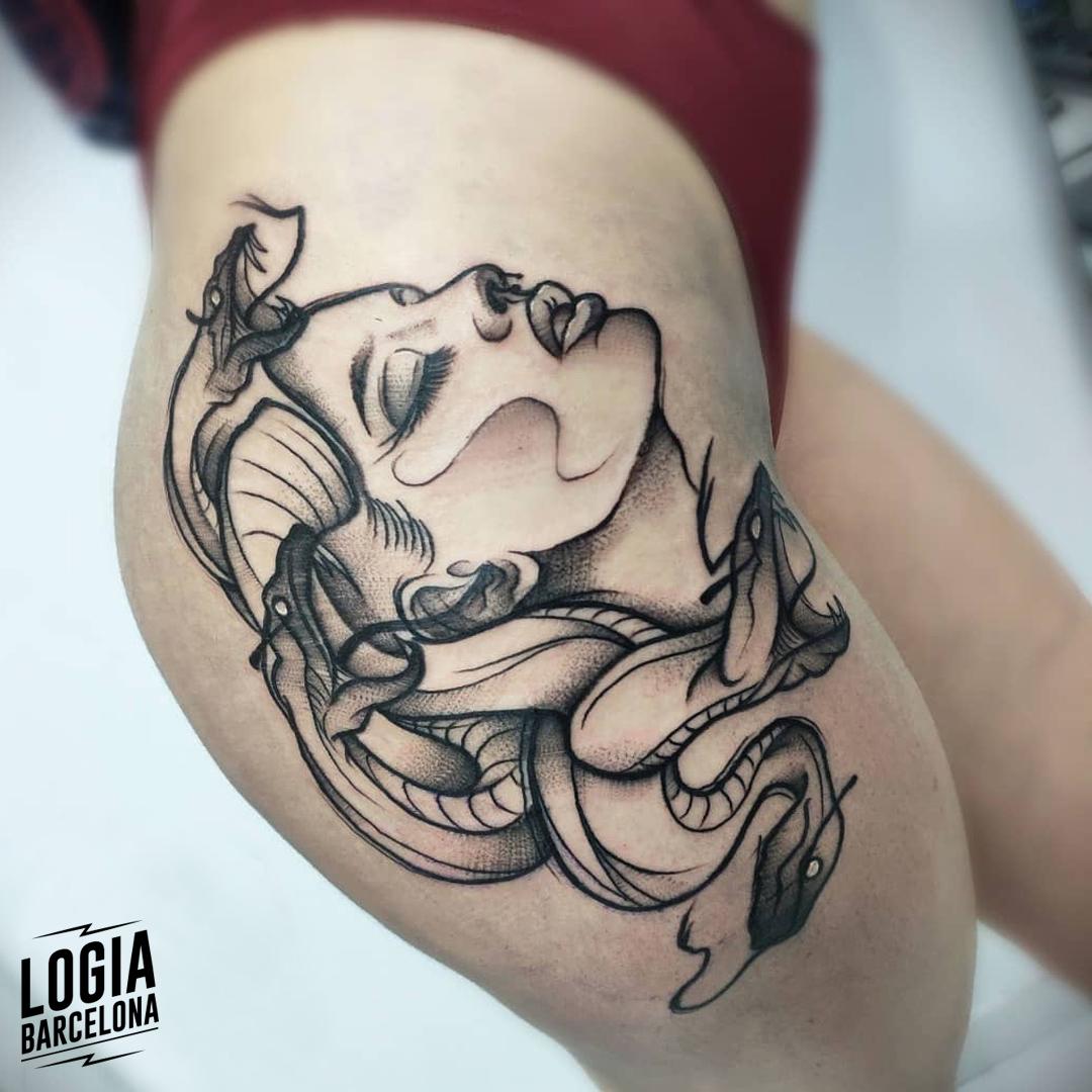 tatuaje_muslo_cabeza_medusa_logia_barcelona_yeik