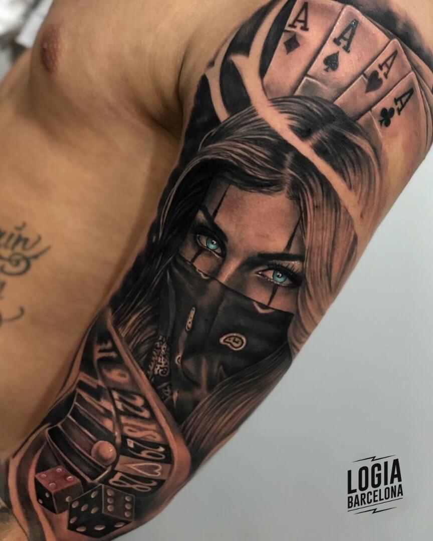 Tatuaje chicano juego cartas dados ruleta Cebaz Tattoo Logia Barcelona