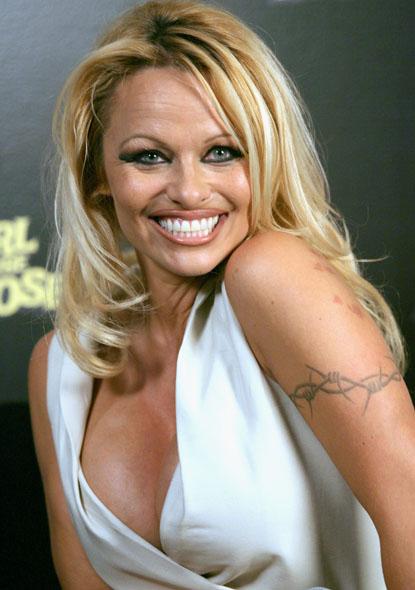 Tatuaje brazalete alambre de espino barbed wire Pamela Anderson