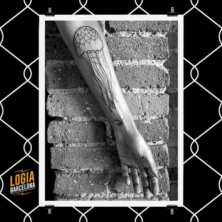 tatuaje_medusa_brazo_logia_barcelona_merche_domot