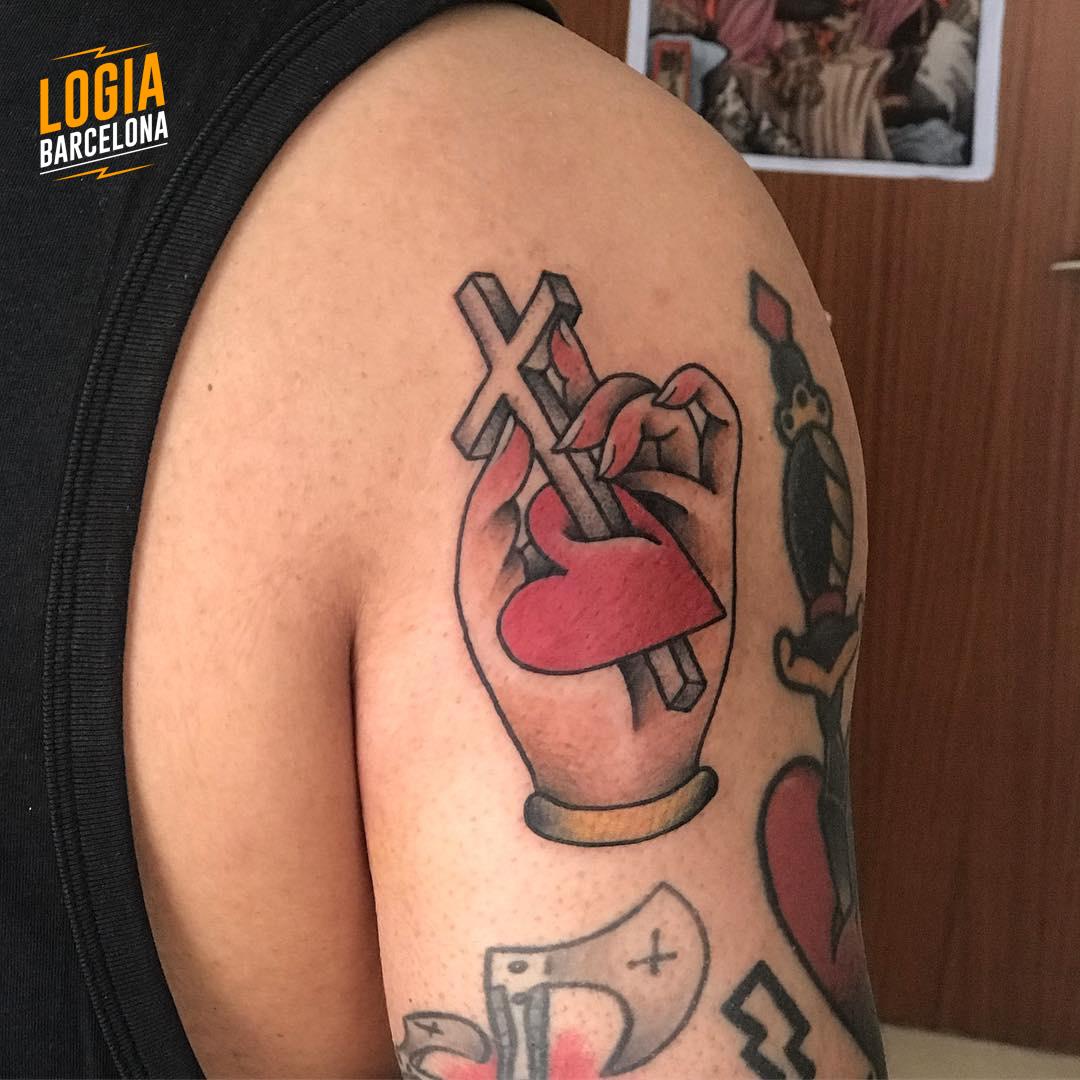Cruces para tatuar corazon mano Old School Laia Desole Logia Barcelona