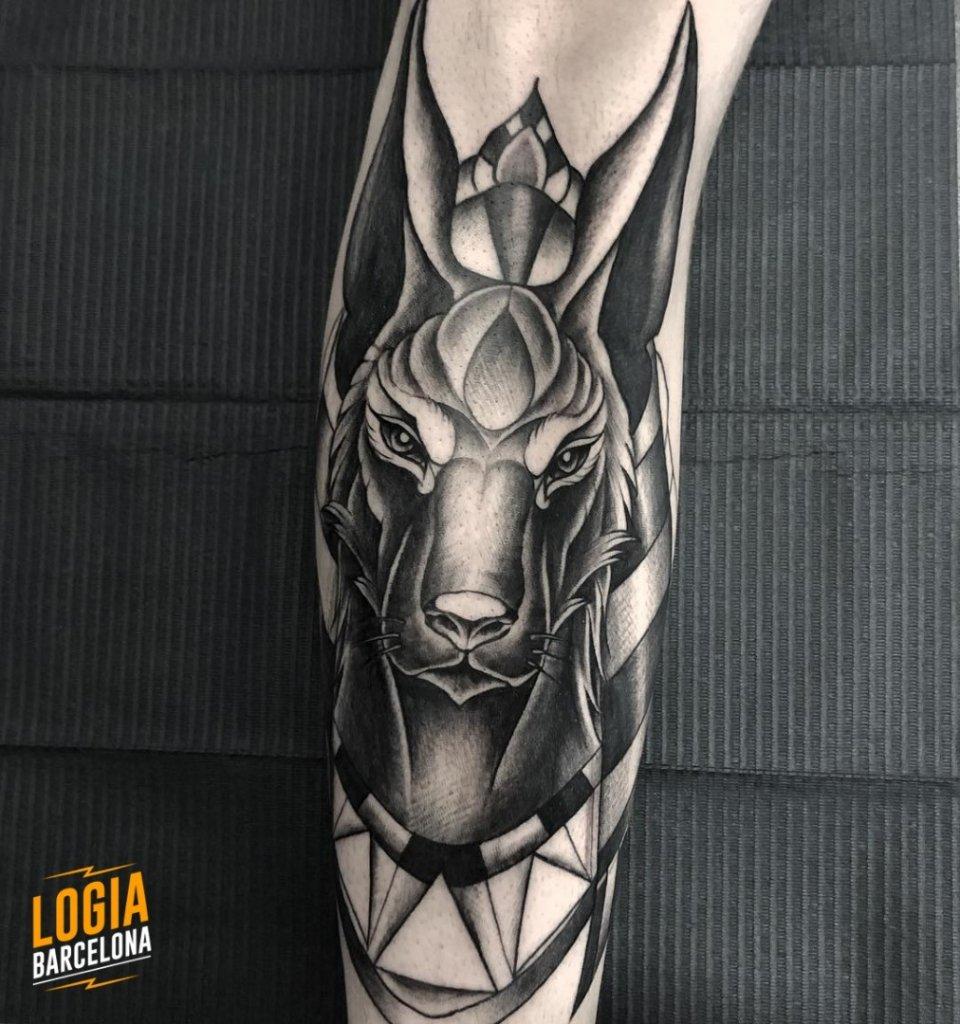 Tatuaje Anubis Blackwork Jas Logia Barcelona