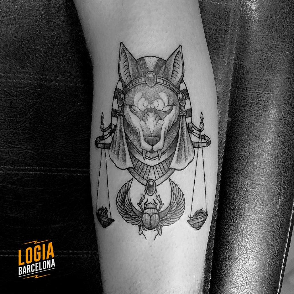 Tatuaje Anubis Escarabajo Blackwork Ferran Torre Logia Barcelona