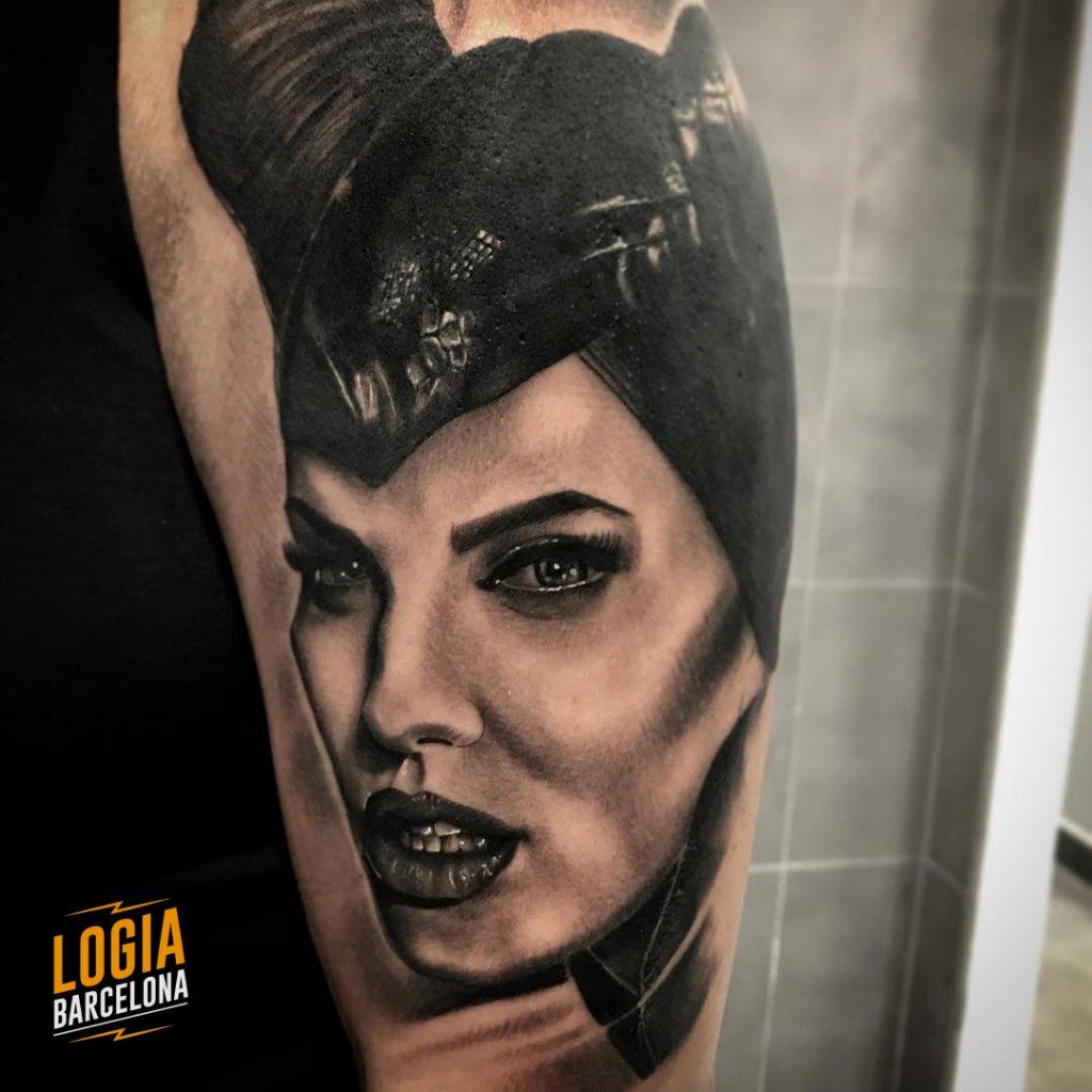 mejores tatuadores barcelona - tatuaje retrato malefica angelina jolie - Logia Tattoo Annie Blesok