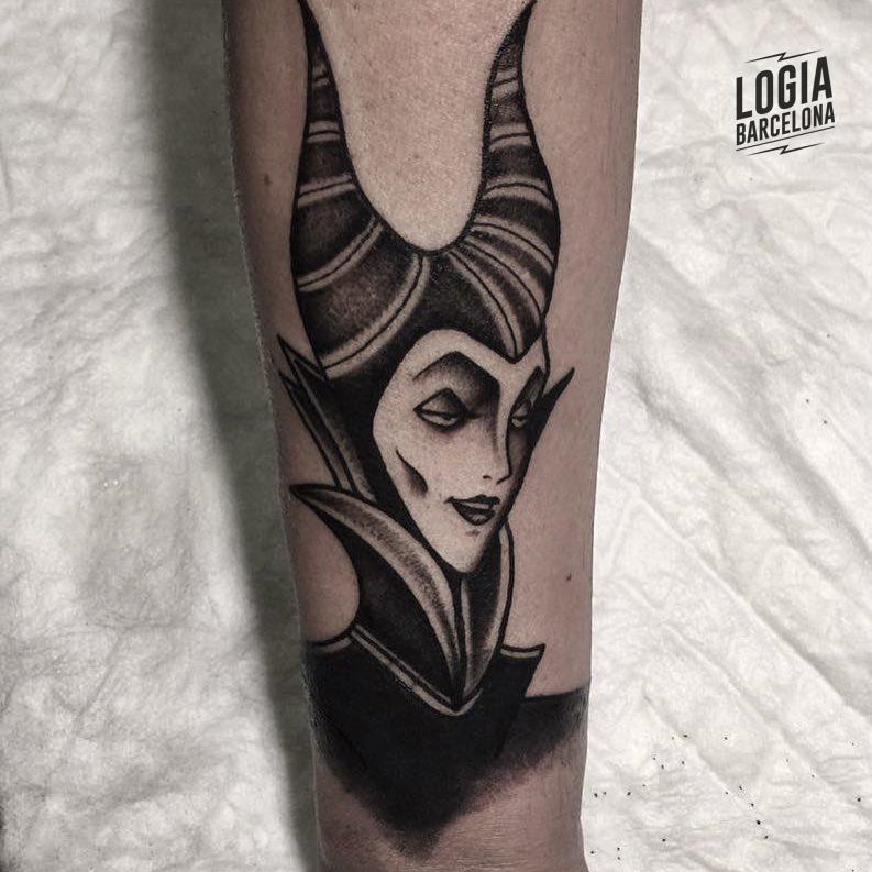 Tatuaje Disney Malefica blackwork Veleno Logia Barcelona