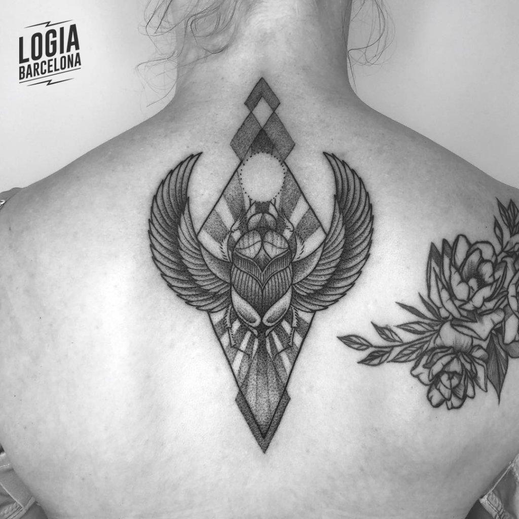 Tatuaje Escarabajo Egipcio Nuca blackwork Ferran Torre Logia Barcelona