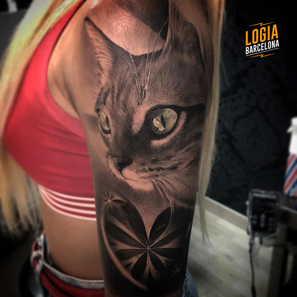 Tatuaje Gato Realista Brazo Logia Barcelona