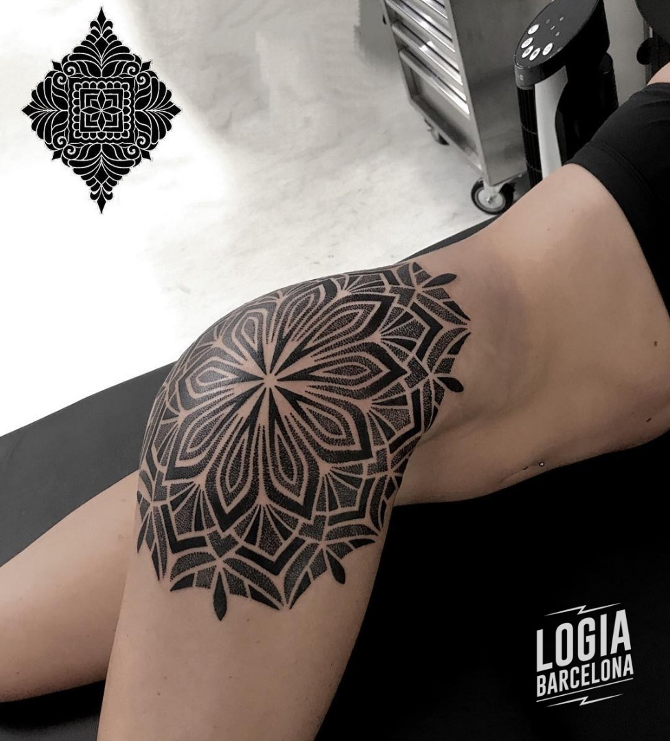 Tatuaje Geometrico Cadera Andrea Scollo Logia Barcelona
