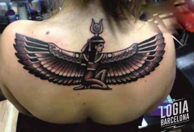 Tatuaje Isis egipcio blackwork Logia Barcelona