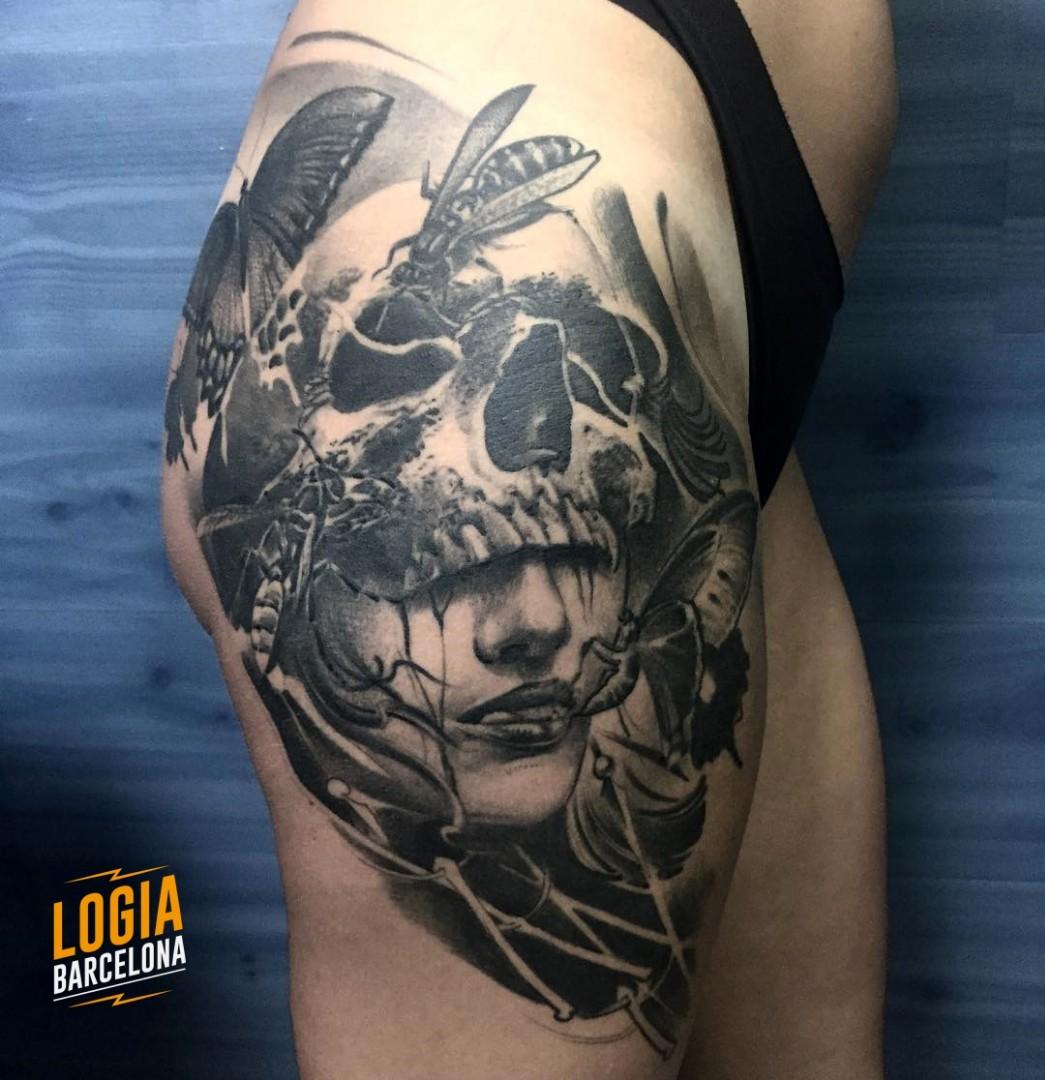 Tatuaje Mujer Calavera Avispa Mariposa realista cadera muslo Zoen Logia Barcelona