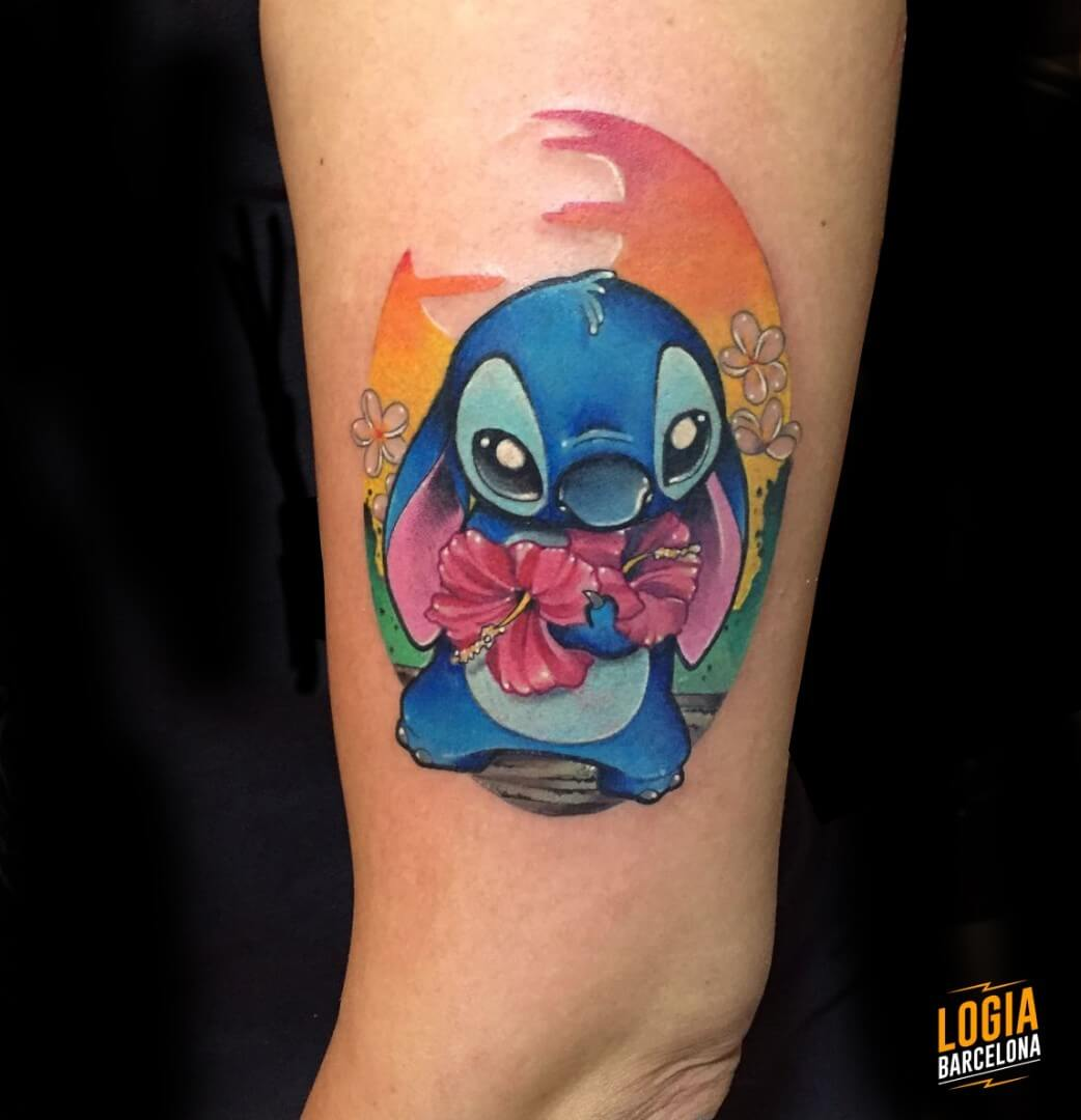 Tatuaje Stitch flor hawaiana Lello Sannino Logia Barcelona