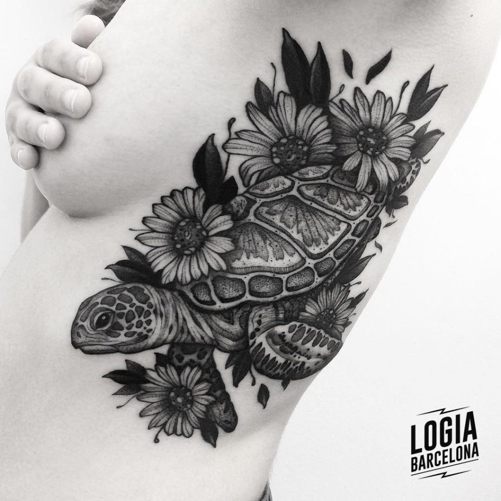 Tatuaje de Tortuga Blackwork Franki Logia Barcelona