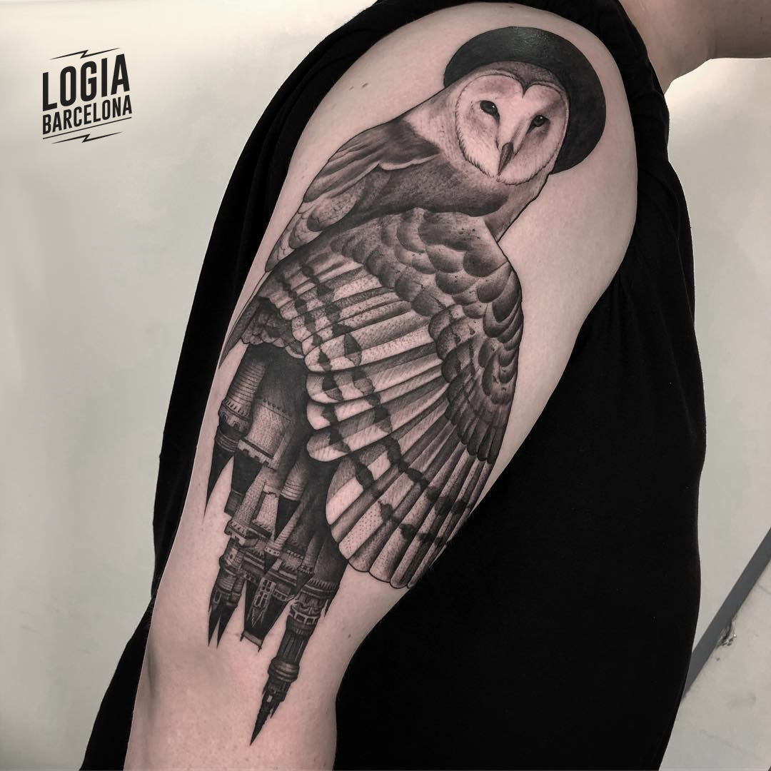 Tatuaje de pajaro lechuza realista brazo Javier Jas Logia Barcelona