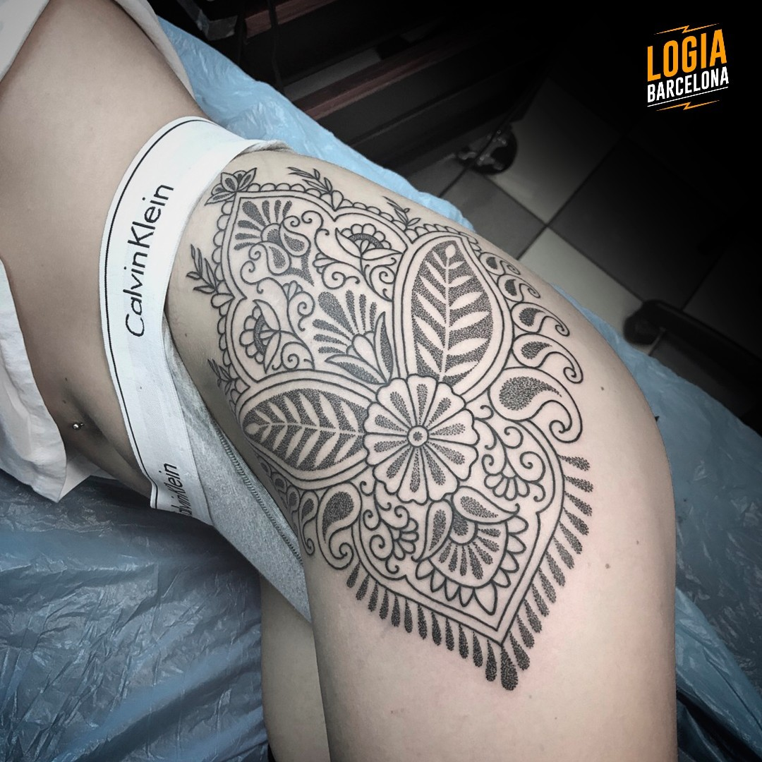 Tatuaje en la cadera mandala ornamental Willian Spindola Logia Barcelona