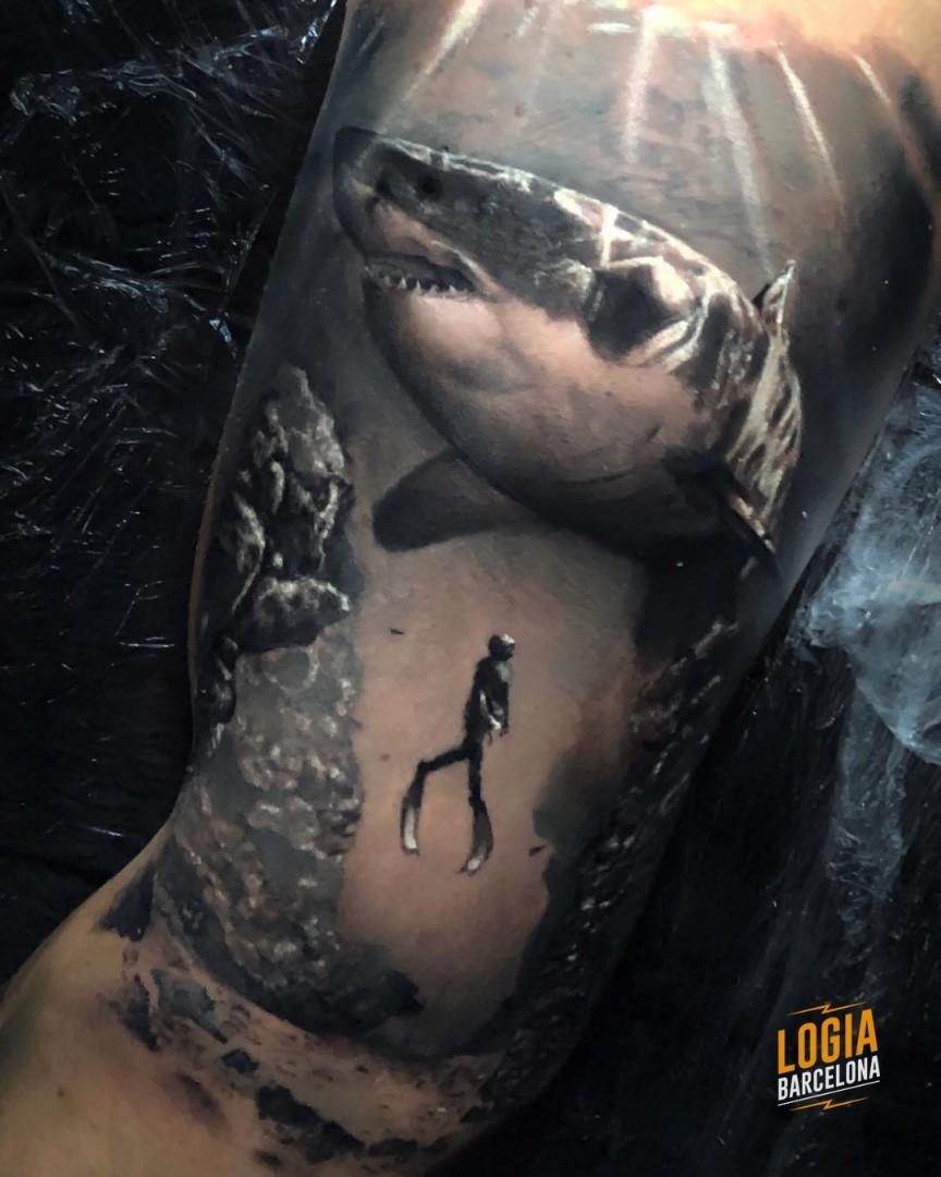 Tatuaje paisaje marino buzo tiburón realista Logia Barcelona