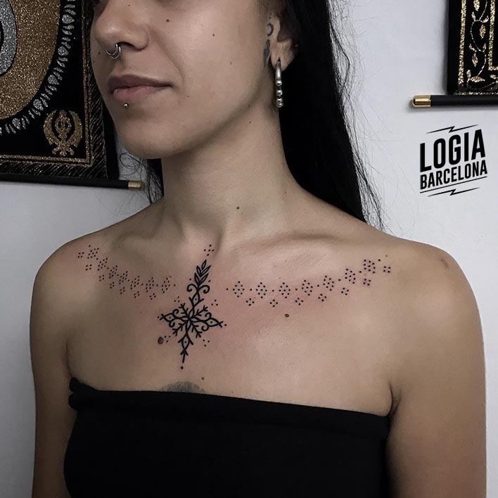 tattoo_femenino_pecho_mandala_logia_barcelona