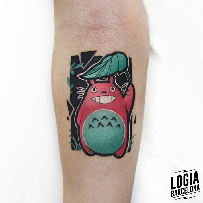 Tatuaje Totoro Ghibli brazo color Polyc Logia Barcelona