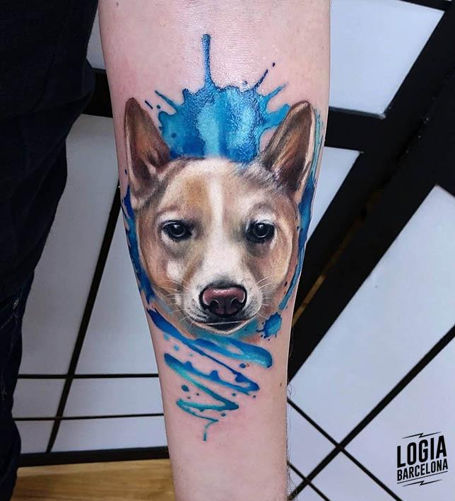 tatuaje realista cara perro Vinni Mattos Logia Barcelona