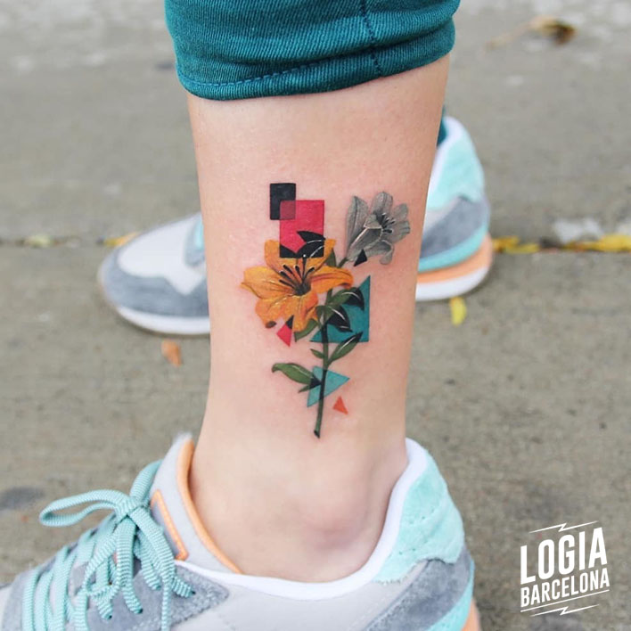 tatuaje lirios tobillo