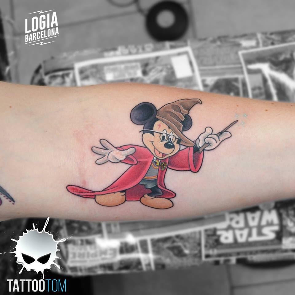 Tatuaje Mickey Mouse Fantasia antebrazo Tattootom Logia Barcelona