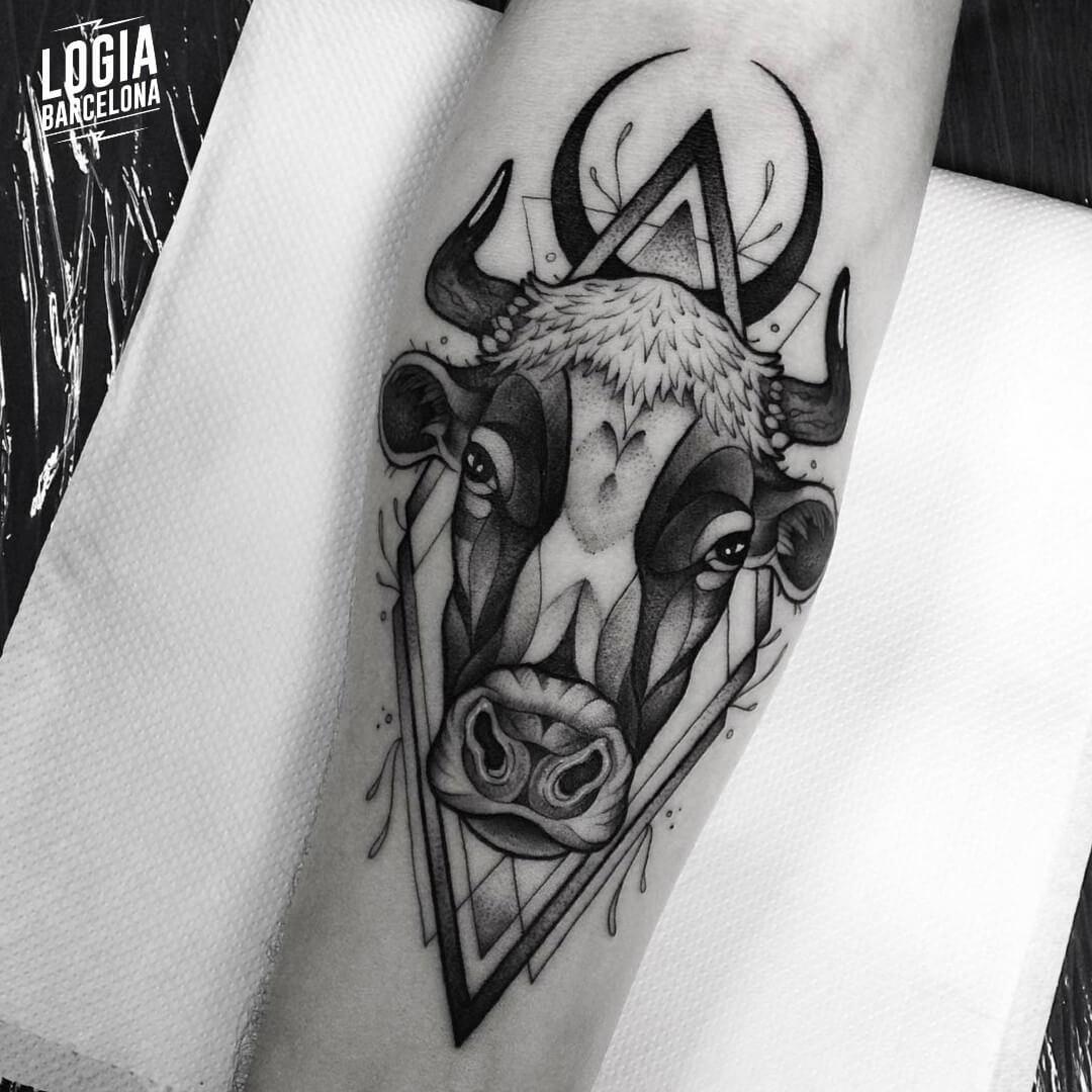 Tatuaje Tauro toro Blackwork Franki Logia Barcelona